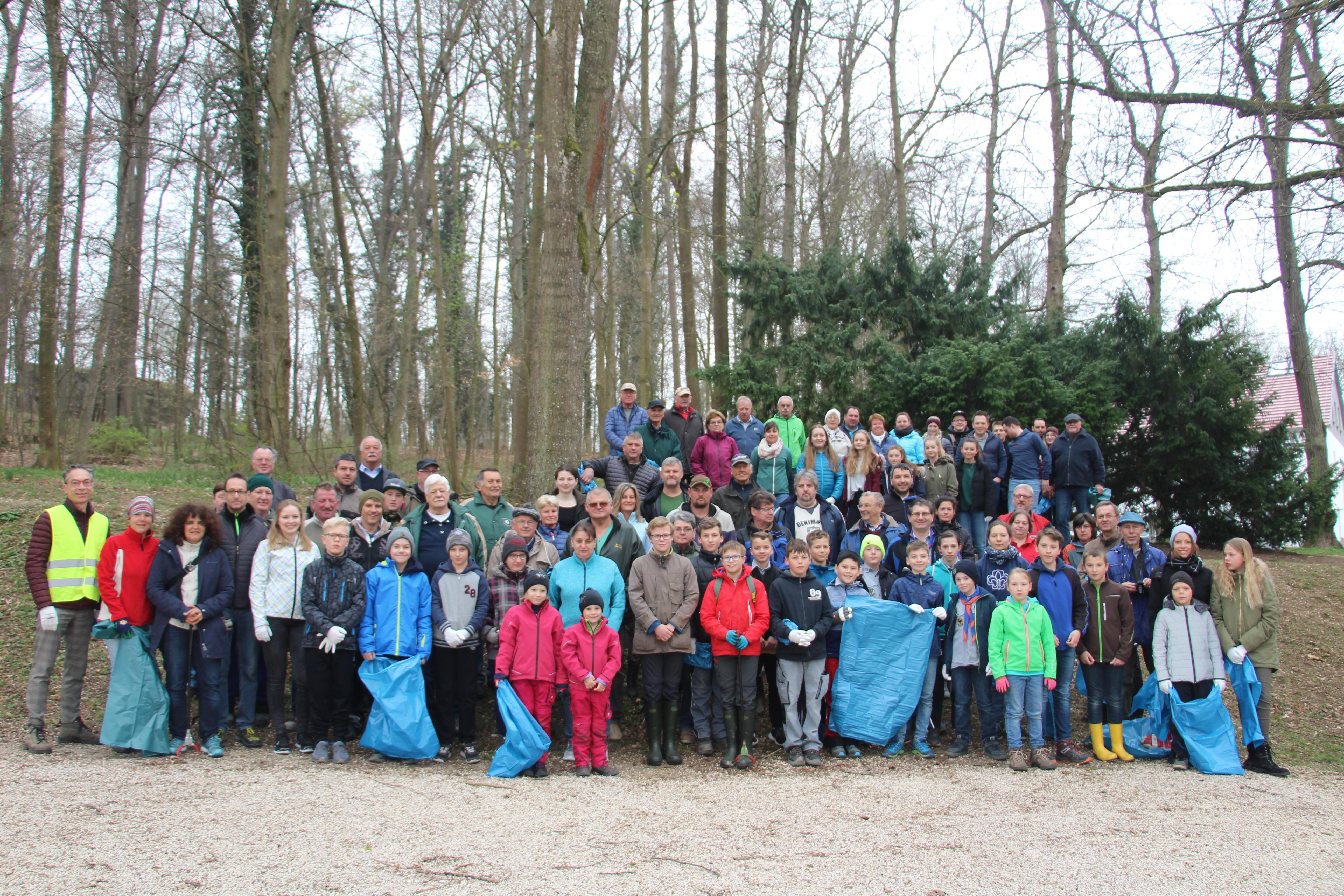 4dc1b3c56b2e61 Bei trockenen Temperaturen trafen sich die Teilnehmer der Putzaktion in der  Kernstadt am Parkplatz an den Tennisplätzen auf der Marienhöhe.