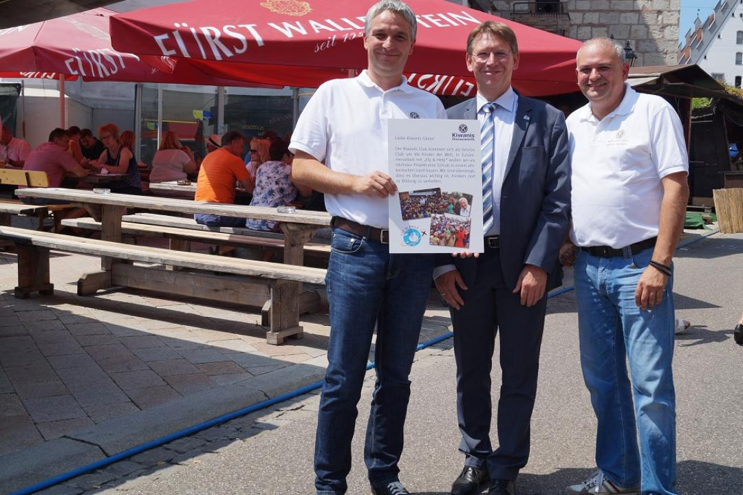 Kiwanis fly and help Landrat Simon Kapfer (1) (002)