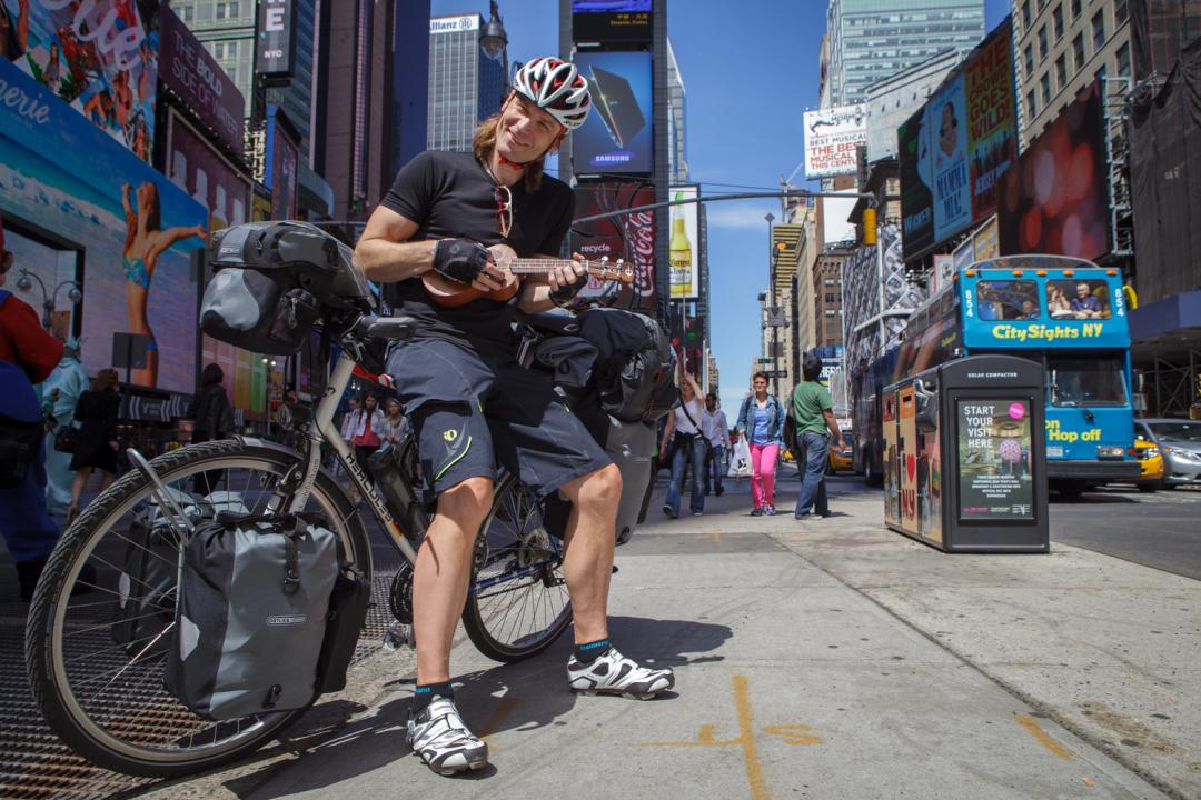 Dr. Dirk Rohrbach mit Fahrrad und Ukulele am Times Square in New York