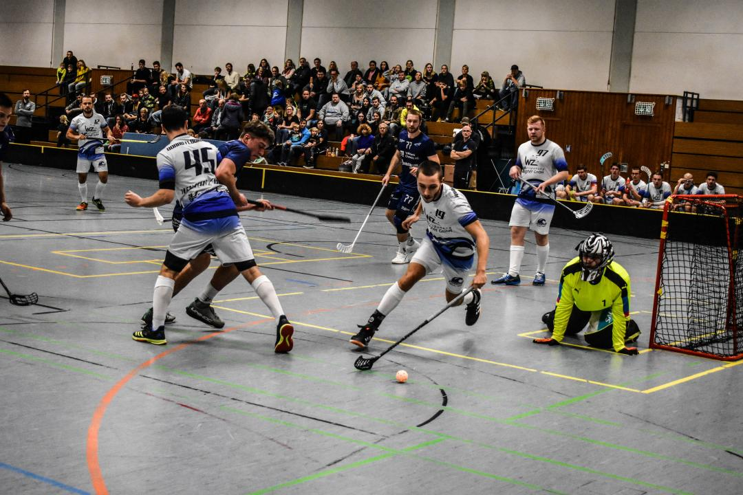 Das Bild zeigt in weiß Donau Floorball in blau Floor Fighters Chemnitz.