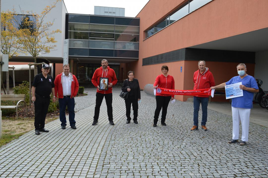 Das Bild zeigt (von links nach rechts): Rudi und Manuel Tausend (beide Red-White Glammhogga), Klaus Berger, Monika Krauß, Conny Beck Erhard Witt (alle Red Wood Cats) und Dr. Thomas Handschuh.